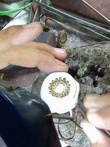 Proses pemasangan batu secara manual
